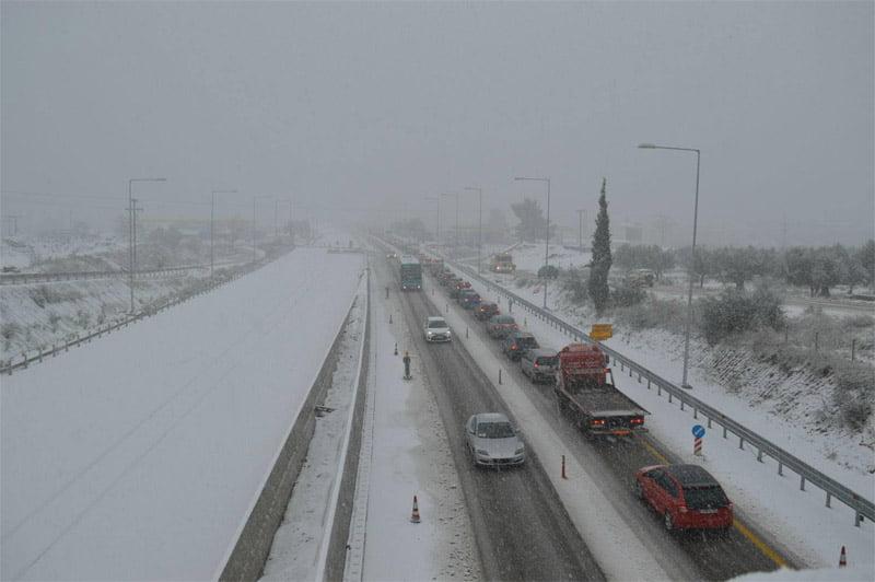 Photo of Σοβαρά προβληματα αντιμετωπίζουν δεκάδες οδηγοί που κινούνται στην εθνική Αθηνών-Πατρών στο ύψος του Αιγίου…. 2 νεκροί απο τον Χιονιά