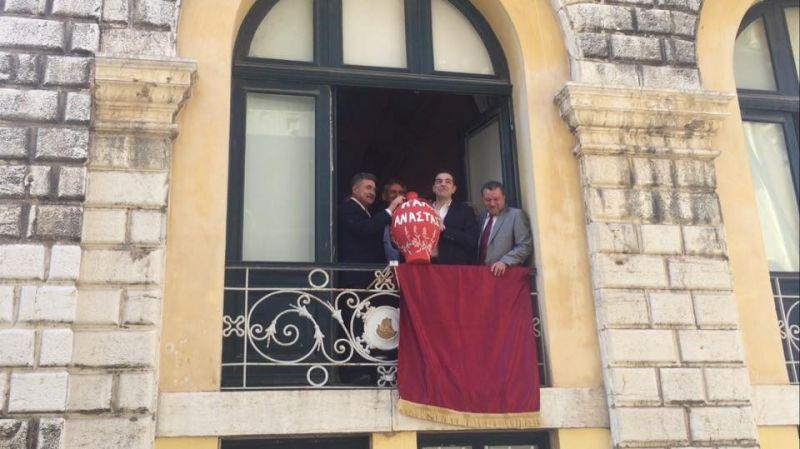 """Photo of Kρυψανε το Τσιπρα στο Δημαρχειο!!!! """"Πρωθυπουργός"""" δεν πήγε στην Κεντρική Πλατεια με το πλήθος κόσμου.!!"""