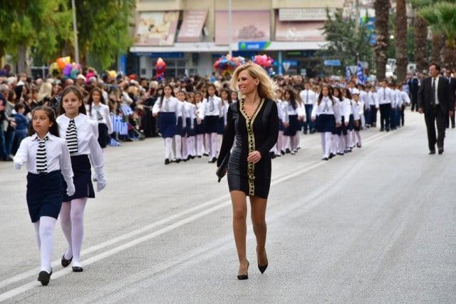Photo of H καλύτερη παρέλαση ήταν στο Ναύπλιο!!!!Δασκάλα εκλεψε την παράσταση!!!