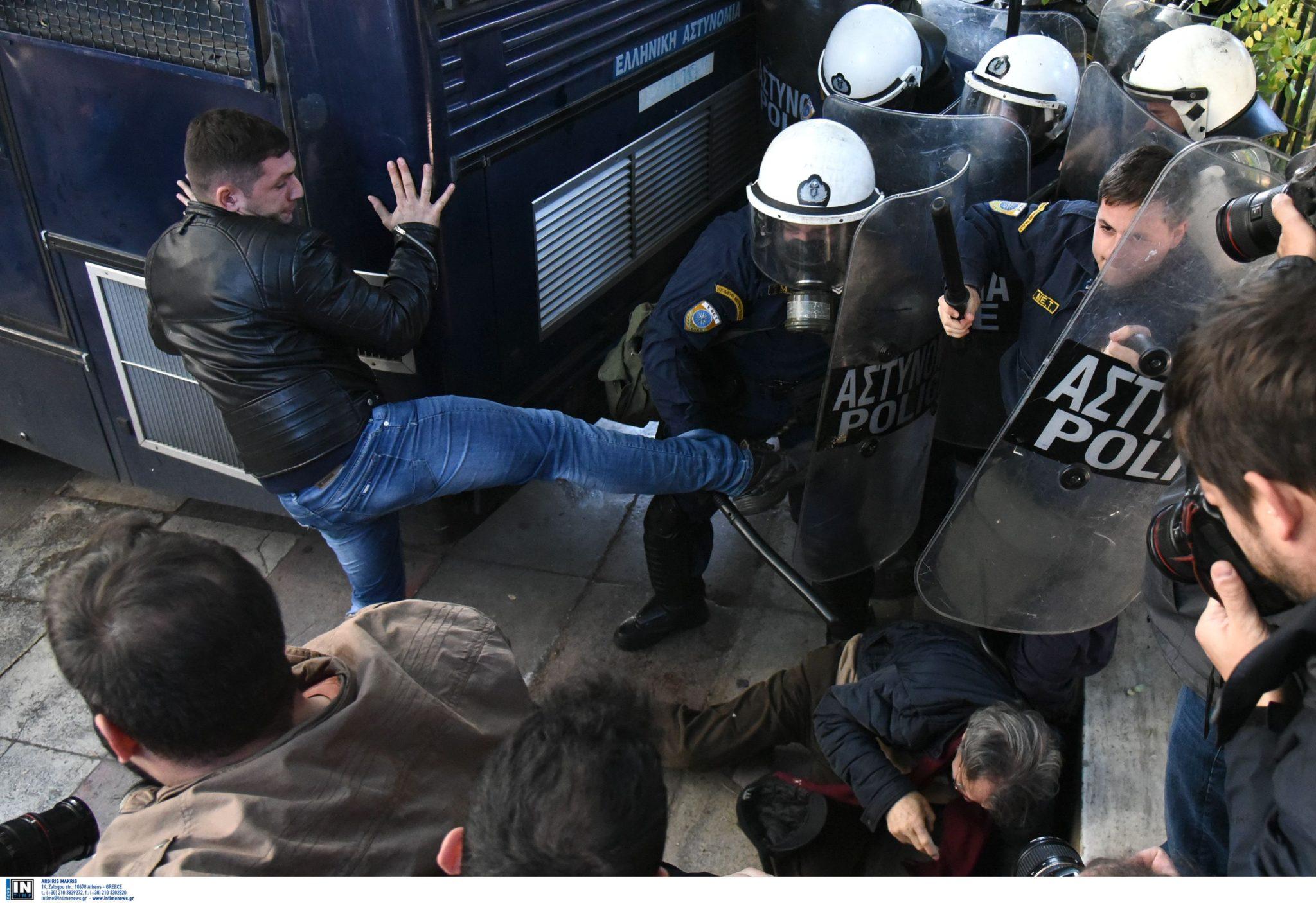 Photo of Ξύλο με τα ΜΑΤ έξω από του Μαξίμου και προσπάθεια εισβολής στη Βουλή…Αγριεύουν τα πραγματα