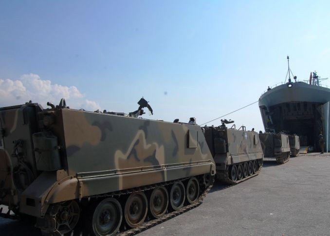 Photo of Φορτώνονται Άρματα Μάχης, MLRS Και Τεθωρακισμένα Σε Αρματαγωγά Του Π.Ν
