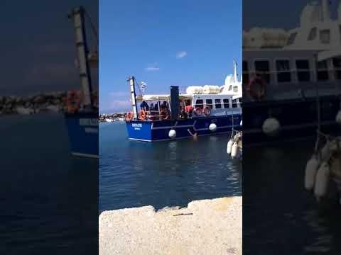 "Photo of ΑΠΙΣΤΕΥΤΟ:Καπετάνιος κατεβαίνει μέσα στο ""Λιμάνι"" & περπατά στη θάλασσα για να βγάλει τα φύκια από τις προπέλες για να ταξιδέψει !!! (Video)"