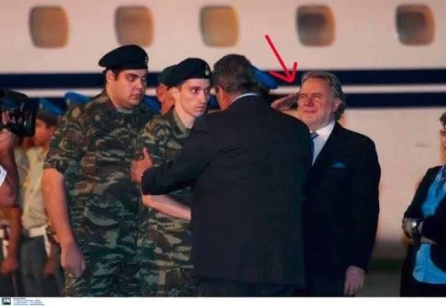 Photo of Ποιο βλάκας δεν υπάρχει…με πολιτική περιβολή χαιρετά στρατιωτικά αυτούς που παρέδωσαν τον οπλισμό τους στους Τούρκους!!