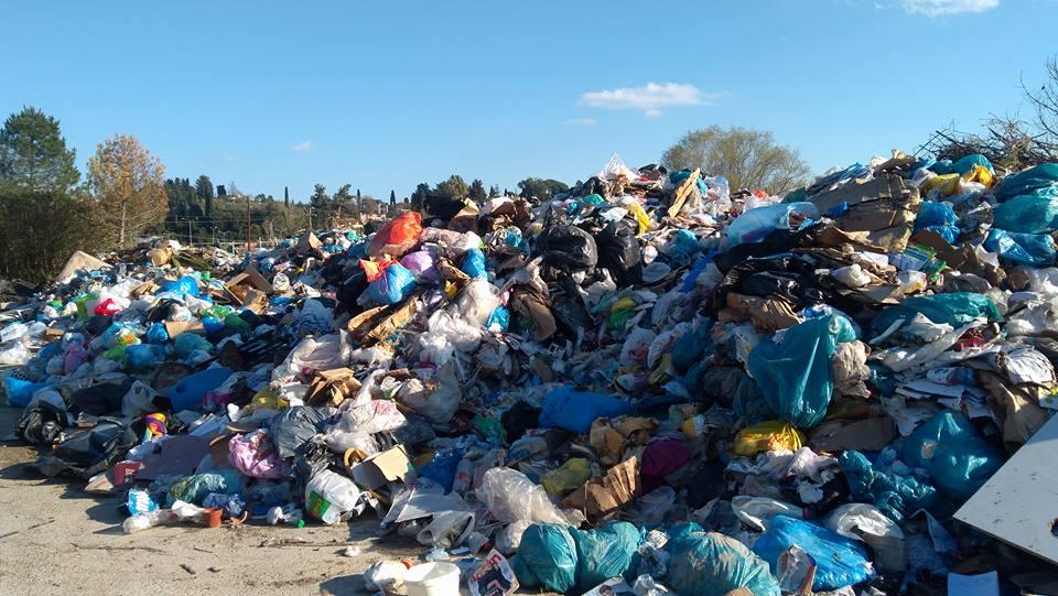 Photo of Δεν θα μαζεύουν σκουπίδια μέχρι να πάρουν άδεια για τη Λακουβα της Λευκίμμης!!!!