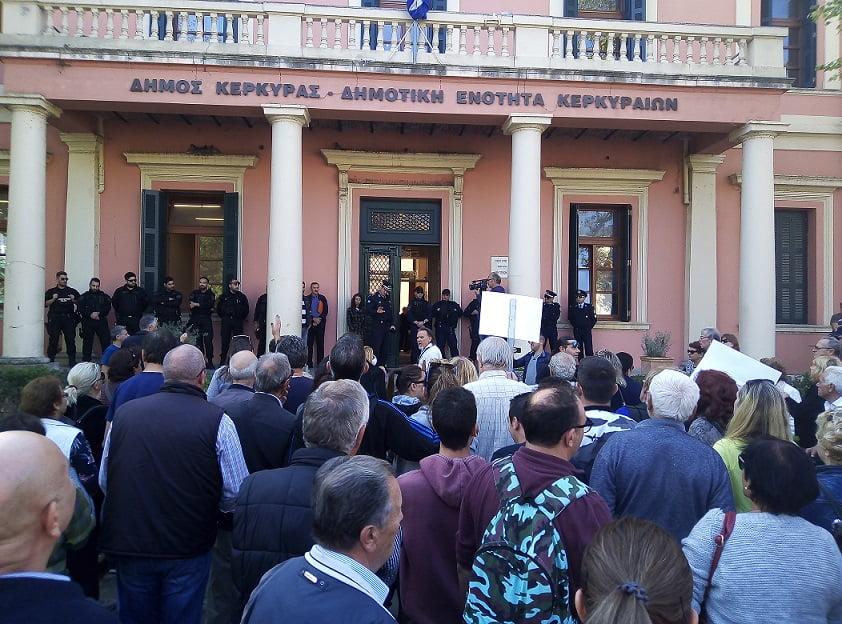 Photo of Οι πολιτικοί εγκληματίες εχουν για φύλαξη ειδικές δυνάμεις κ.Νικολούζο…Η διαμαρτυρία των κατοίκων της Κέρκυρας για τα σκουπίδια..(Φωτο & video)
