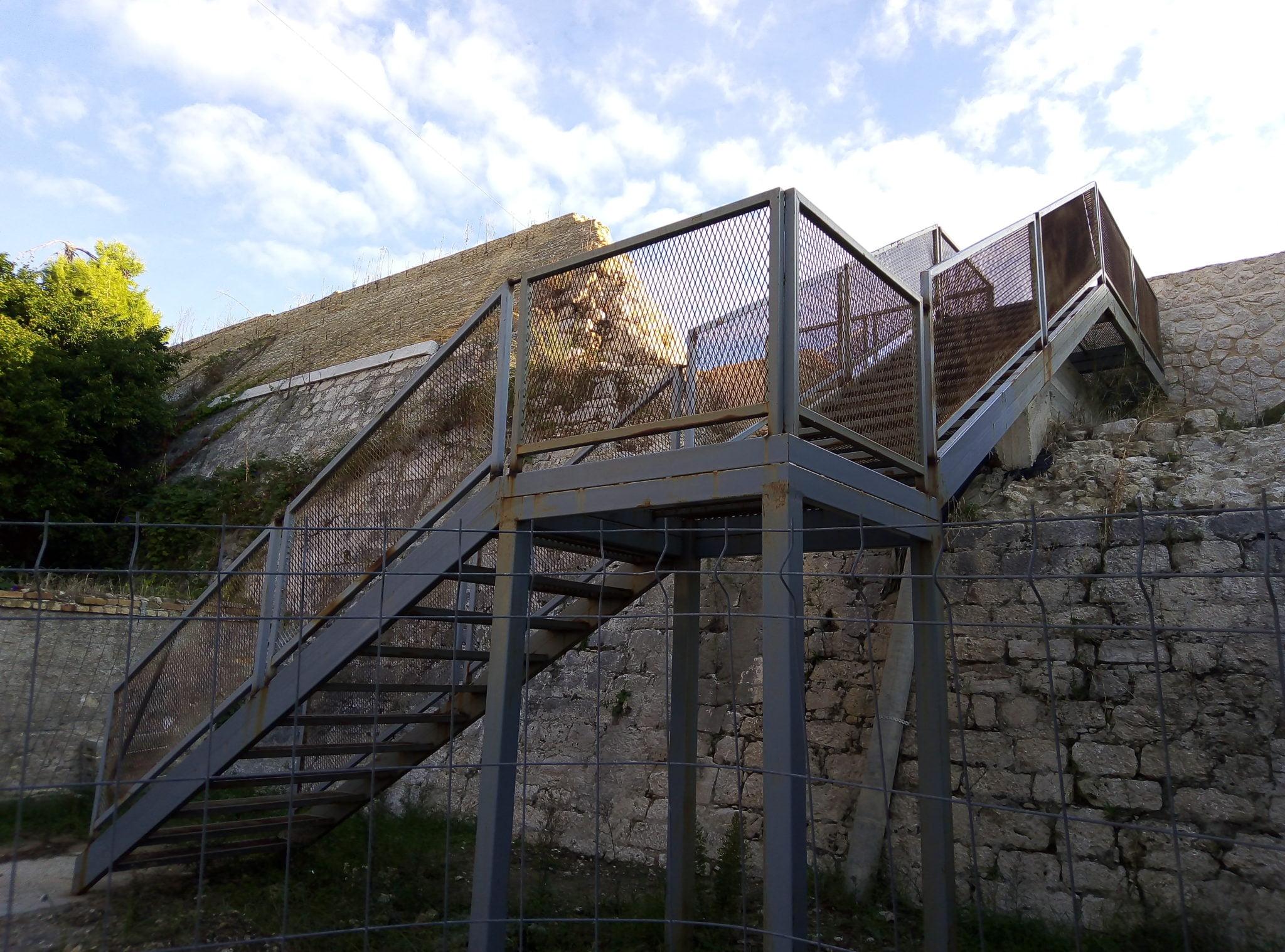 Photo of Πετσόκοψαν αρχαίο τείχος για να τοποθετήσουν μεταλλική σκάλα στη Κέρκυρα