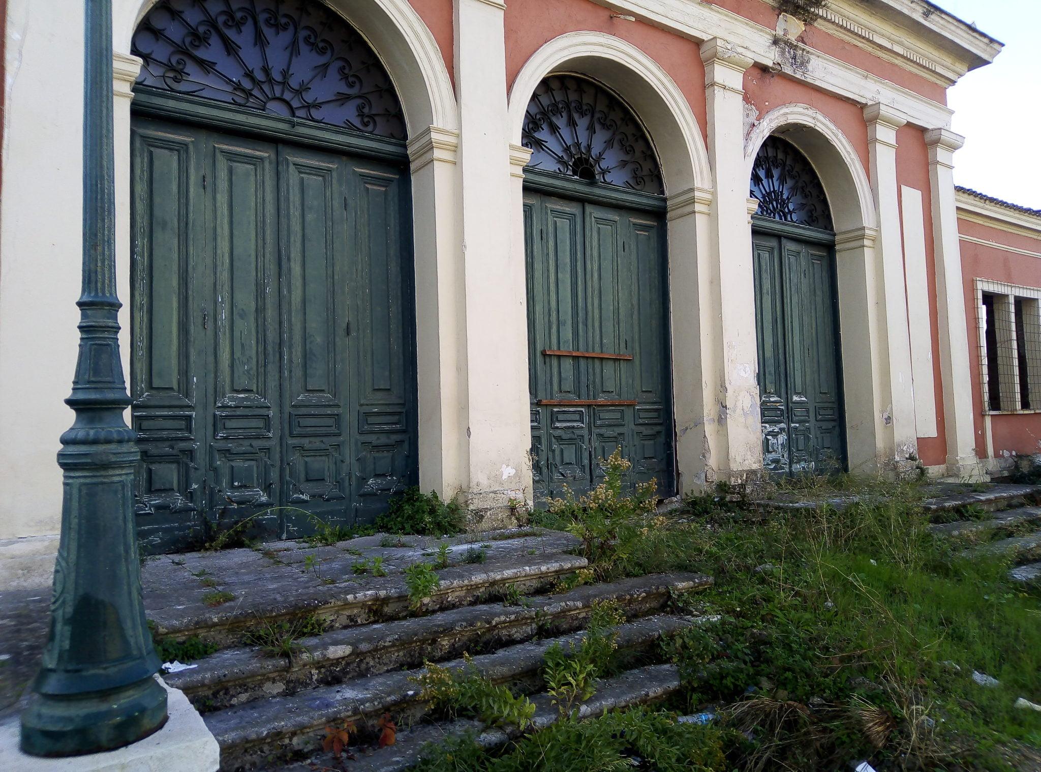 Photo of Εγκατελειψαν και το θέατρο Φοίνικας…Το παλιό θερινό σινεμά έγινε σπίτι αστεγων!!!! Μπράβο Δήμαρχε Νικολούζο
