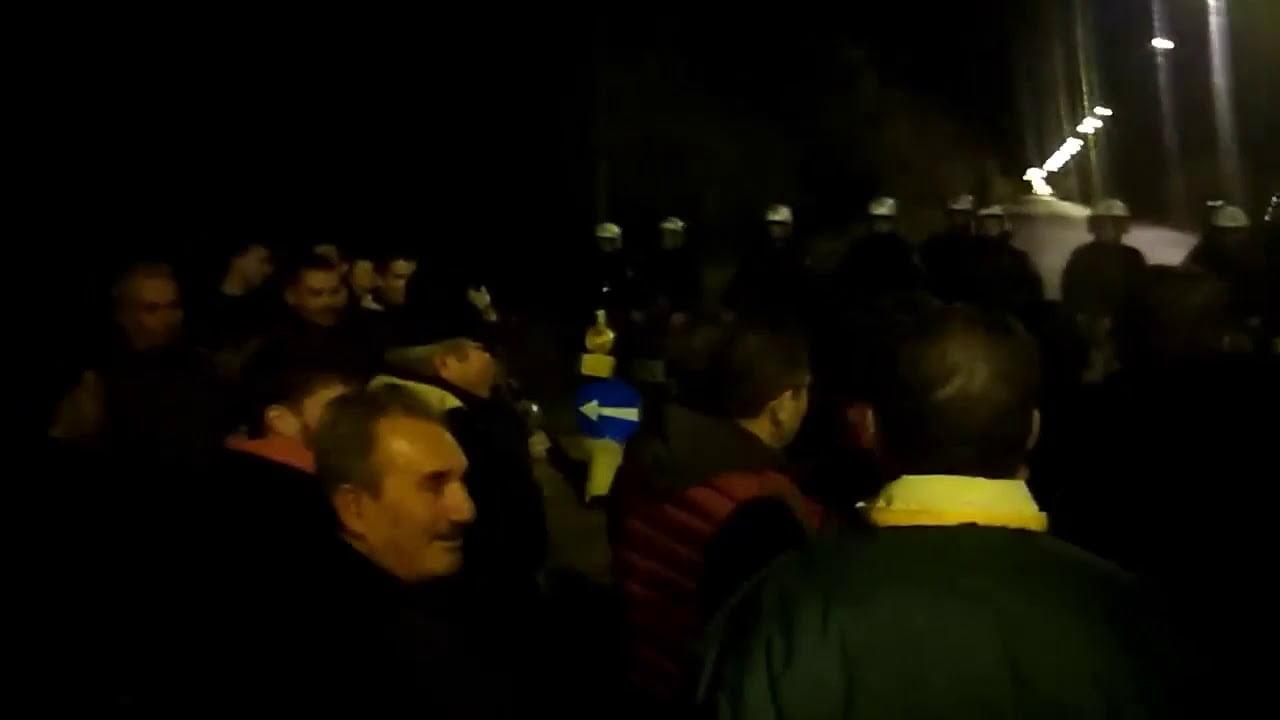 Photo of Χριστούγεννα στο Περιφερειακό οι κάτοικοι της Λευκίμμης.Ειπαν τα κάλαντα στα ΜΑΤ (video)