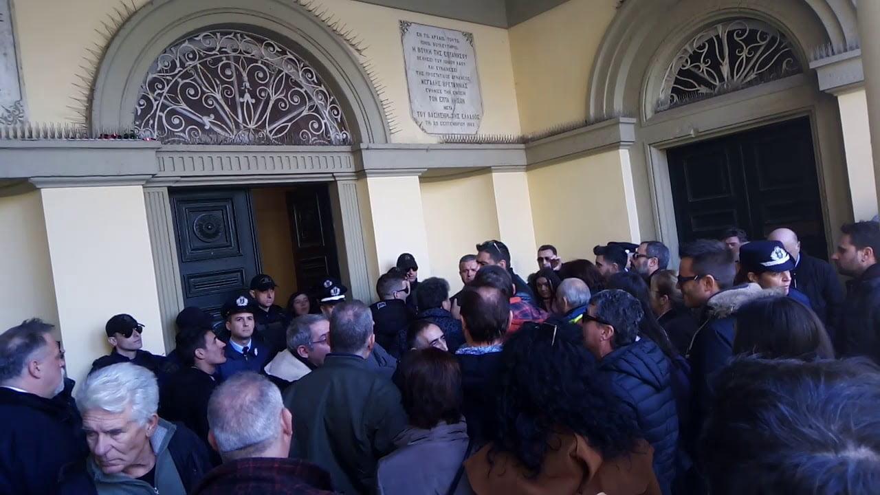Photo of Φοβήθηκε γιαούρτωμα ο Νικολούζος και εβαλε τους αστυνομικούς να κάνουν σωματικό ελεγχο (video)
