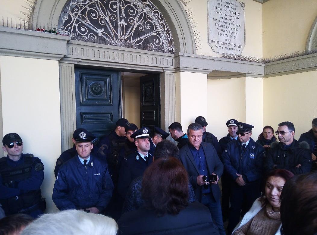 Photo of Το τερμάτισε ο Νικολούζος..Συνεδρίαση δια της βιας με ειδικες αστυνομικές δυναμεις