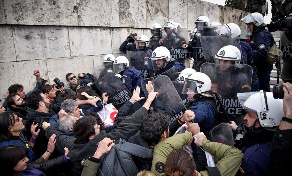 Photo of Τα ΜΑΤ χτυπησαν τους καθηγητές για τη διαμαρτυρία τους στην Αθήνα.Η πιό αγρια καταστολή με τραυματίες..