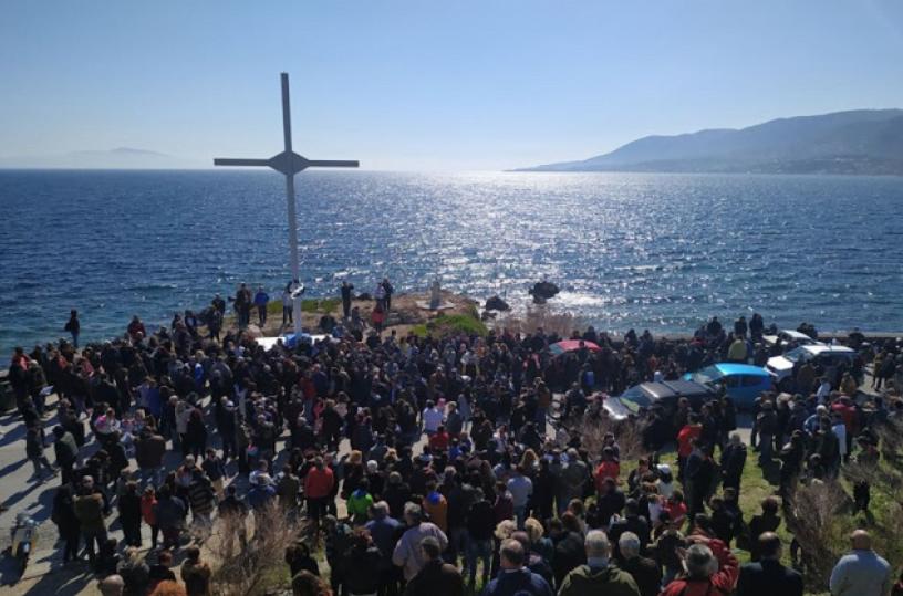 Photo of Στη Λέσβο οι πολίτες αψήφησαν απειλές ΜΚΟ και μετανάστες: Ψέλνουν τη Υπερμάχω και κάνουν Αγιασμό στο Σταυρό