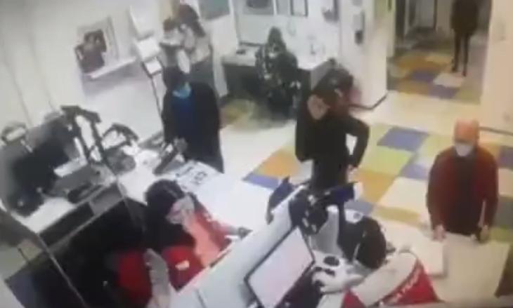 Photo of Γδύθηκε και έβγαλε το εσώρουχο της μέσα στο ταχυδρομείο για να το κάνει μάσκα ώστε να εξυπηρετηθεί