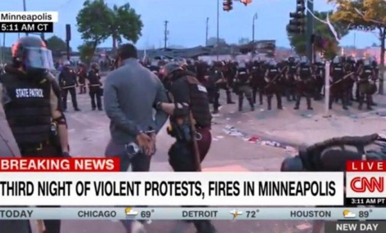 "Photo of Ο Τραμπ κήρυξε τον ""πόλεμο"" στα συστημικά ΜΜΕ: Σύλληψη σε live μετάδοση του συνεργείου του CNN"