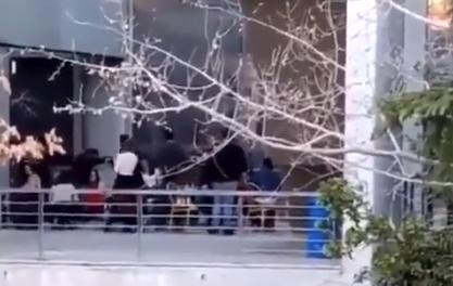Photo of Στο μπαλκόνι του Υπουργείου Προστασίας(Χαρδαλιά) δε κολλάει ο ιός..Εστησαν πάρτυ!!! (Video) Συνεχίζουν το δούλεμα!!
